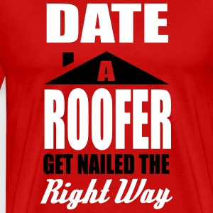 date a roofer, get nailed the right way Camisetas - Camiseta premium hombre
