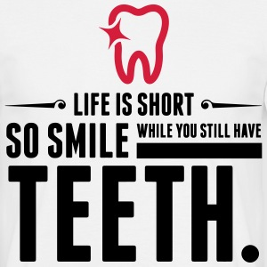 Life is Short. Smile While You Have Teeth! (2015) T-Shirts - Männer T-Shirt