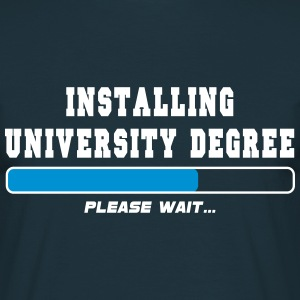 installing degree T-Shirts - Mannen T-shirt