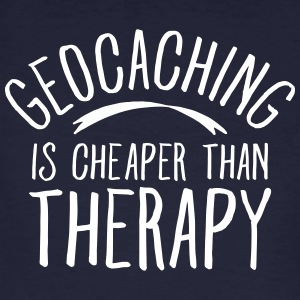Geocaching Is CHeaper Than Therapy Therapy Magliette - T-shirt ecologica da uomo