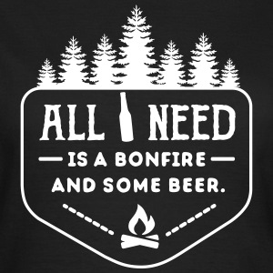 camping: all i need is bonfire and beer T-Shirts - Frauen T-Shirt