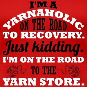 28_I'm a yarnaholic on the road to recovery. Just kidding. I'm on the road to the yarn store_2c T-Shirts - Frauen Premium T-Shirt
