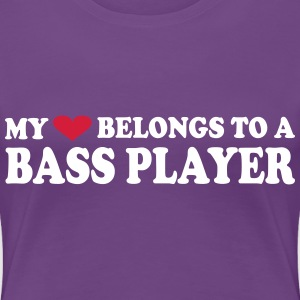 MY HEART BELONGS TO A BASS PLAYER T-shirts - Vrouwen Premium T-shirt