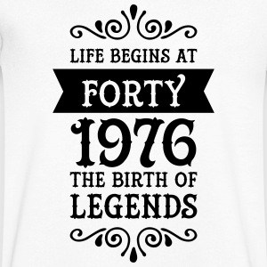 Life Begins at Forty - 1976 The Birth Of Legends T-shirts - Mannen T-shirt met V-hals