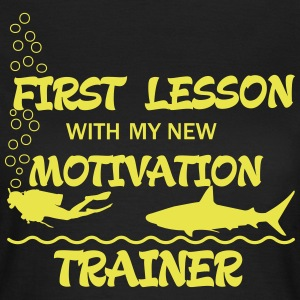 First Lesson - Motivation Trainer T-Shirts - Frauen T-Shirt