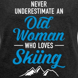 Never Underestimate An Old Woman Who Loves Skiing T-skjorter - T-skjorte med rulleermer for kvinner