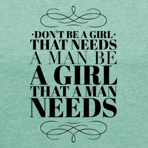 girl that a man needs T-shirts - T-shirt med upprullade ärmar dam