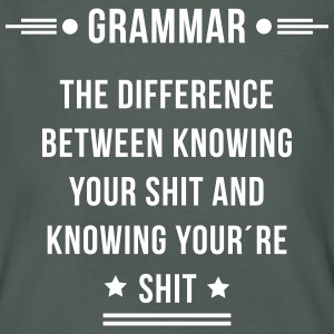 grammar the difference between knowing shit T-Shirts - Männer Bio-T-Shirt