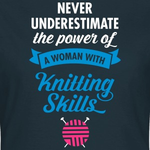 Never Underestimate A Woman WIth Knitting Skills.. T-shirts - T-shirt dam