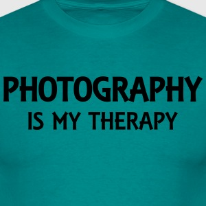 Photography is my therapy T-Shirts - Männer T-Shirt