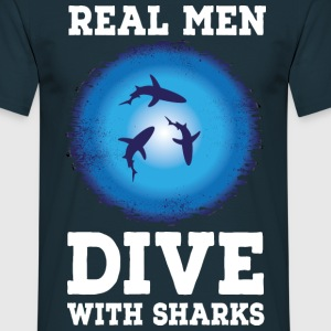 Real men dive with sharks T-Shirts - Männer T-Shirt