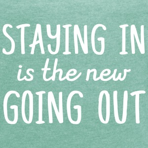 Staying in is the new going out T-shirts - Vrouwen T-shirt met opgerolde mouwen