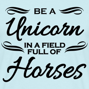 Be a unicorn in a field full of horses Magliette - Maglietta da uomo