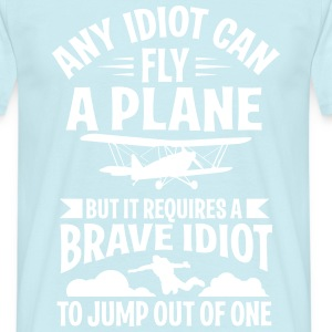 Any idiot can fly a plane, I jump out of them T-skjorter - T-skjorte for menn