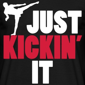 just kickin' it T-shirts - Mannen T-shirt