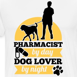 Pharmacist by day. Dog lover by night Camisetas - Camiseta premium hombre