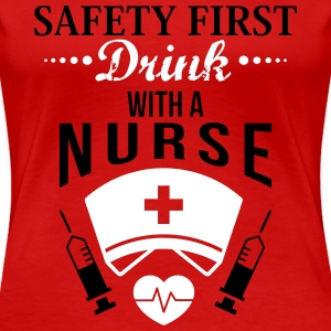 Safety first. Drink with a nurse T-shirts - Dame premium T-shirt