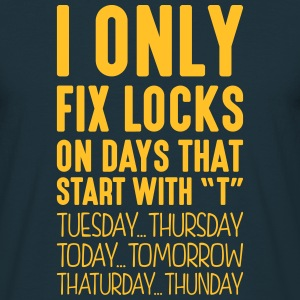 i only fix locks on days that start with t - Men's T-Shirt