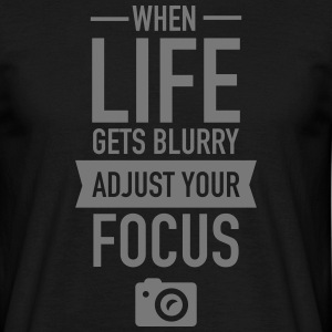 When Life Gets Blurry Adjust Your Focus T-shirts - Mannen T-shirt