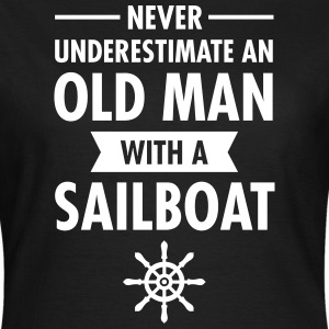 Never Underestimate An Old Man With A Sailboat T-Shirts - Frauen T-Shirt