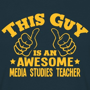 this guy is an awesome media studies tea - T-shirt Homme