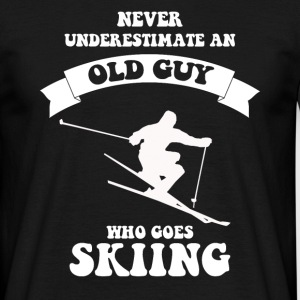 Never underestimate an old guy who loves skiing - Men's T-Shirt