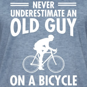 Never Underestimate An Old Guy On A Bicycle T-Shirts - Männer Vintage T-Shirt