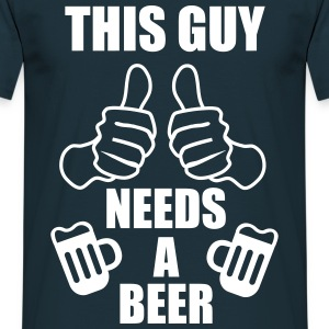 This guy needs a beer - Sprüche - Lustige - Men's T-Shirt