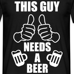This guy needs a beer  - Männer T-Shirt
