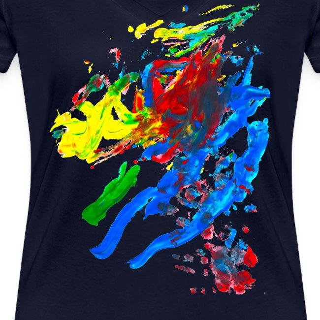 Klaras Fingermalerei auf blauem Frauenshirt
