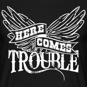 Here Comes Trouble Black - Männer T-Shirt