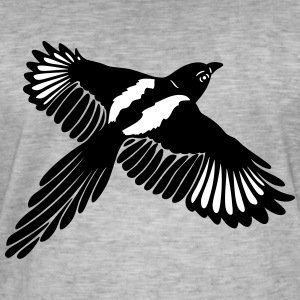 Magpie with large wings. - Men's Vintage T-Shirt