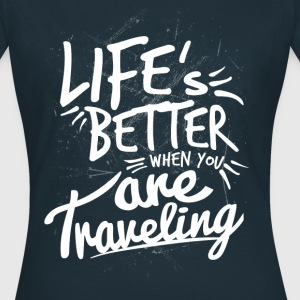 LIFES BETTER TRAVELING T-Shirts - Frauen T-Shirt