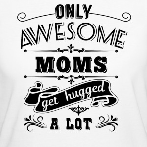 Only awesome moms get hugged a lot T-Shirts - Frauen Bio-T-Shirt