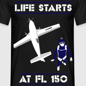 Life starts at FL 150 - Männer T-Shirt