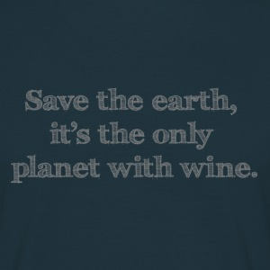 save the earth it's the only planet with wine - Männer T-Shirt