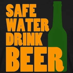 safe water drink beer T-Shirts - Männer T-Shirt