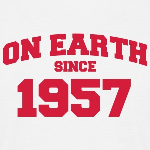 (de) on earth since 1957 T-Shirts - Männer T-Shirt