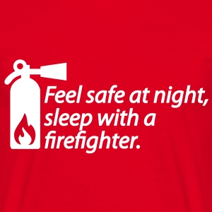 Feel safe at night, sleep with a firefighter T-shirts - Mannen T-shirt