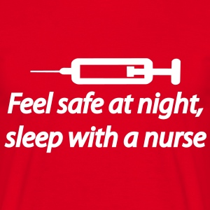 Feel safe at night, sleep with a nurse T-shirts - Mannen T-shirt