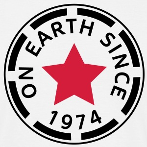 on earth since 1974 (nl) T-shirts - Mannen T-shirt