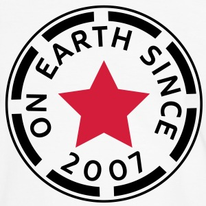 on earth since 2007 (uk) T-Shirts - Men's Ringer Shirt