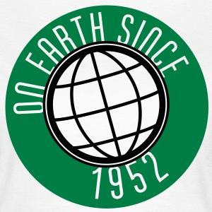 Birthday Design - On Earth since 1952 (nl) T-shirts - Vrouwen T-shirt