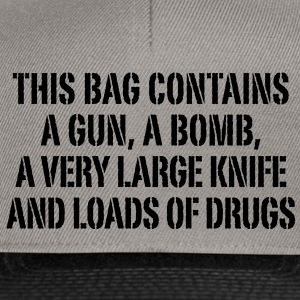 this bag contains a gun a bomb a very large knife and loads of drugs Taschen - Snapback Cap