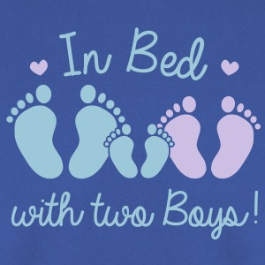in bed with two boys Shirts - Mannen sweater