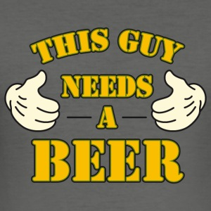 Stofftasche This guy needs a beer - Männer Slim Fit T-Shirt