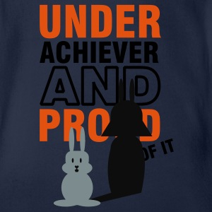 underachiever and proud of it (2c) Camisetas niños - Body orgánico de maga corta para bebé