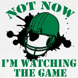 Not Now! I'm watching the game Magliette - Cappello con visiera