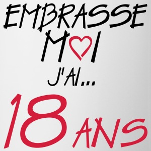 18 ans embrasse moi anniversaire Tee shirts - Tasse
