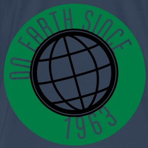 Birthday Design - On Earth since 1963 (dk) Toppe - Herre premium T-shirt